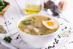 饮食汤用鸡丸子和鸡蛋在白色木背景 库存照片