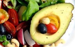 饮食沙拉用鲕梨和其他菜 免版税库存照片