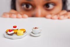 饮食的印地安女孩 图库摄影