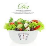 在一个碗的菜沙拉有重量标度的 库存照片