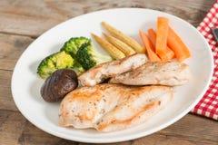 饮食食物、烤鸡和菜 免版税库存照片