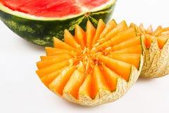 饮食食物,戒毒所 被切的黄色瓜和红色西瓜在白色背景 免版税库存照片