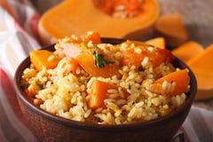 饮食食物:与南瓜宏指令的米在桌上 水平 免版税库存照片