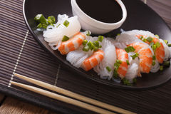 饮食食物:Shirataki用大虾、春天葱和酱油 库存照片