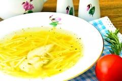 饮食鸡汤汤用荷兰芹 免版税库存图片