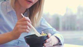 饮食 吃菜沙拉的美丽的女孩 在背景空白弓概念节食的显示评定编号附近自己的缩放比例磁带文本附加的空白视窗包裹了您 健康素食主义者食物 影视素材