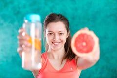 饮食 在背景空白弓概念节食的显示评定编号附近自己的缩放比例磁带文本附加的空白视窗包裹了您 健康的食物 有瓶的美丽的年轻女性水 库存照片