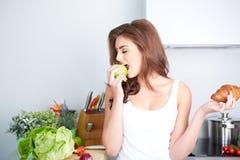 饮食 在背景空白弓概念节食的显示评定编号附近自己的缩放比例磁带文本附加的空白视窗包裹了您 健康的食物 免版税库存图片