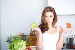 饮食 在背景空白弓概念节食的显示评定编号附近自己的缩放比例磁带文本附加的空白视窗包裹了您 健康的食物 免版税库存照片