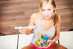 饮食 有五颜六色的测量的磁带的女孩在碗 库存图片
