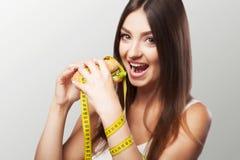 饮食 有害和有用的食物 一个女孩做挑选eithe 免版税库存图片
