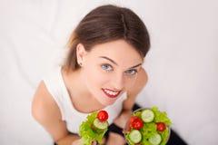 饮食 美丽的吃沙拉蔬菜妇女年轻人 免版税库存照片