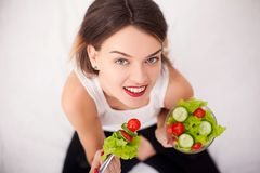 饮食 美丽的吃沙拉蔬菜妇女年轻人 库存照片