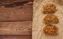 饮食素食主义者 饮食素食主义者 五谷茄子薄脆饼干和开胃菜  免版税库存图片