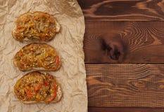 饮食素食主义者 饮食素食主义者 五谷茄子薄脆饼干和开胃菜  库存图片