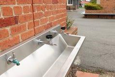 饮水器,在一个校园轻拍和低谷 库存照片