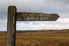 饱经风霜的木路标, Dartmoor,英国 免版税库存图片