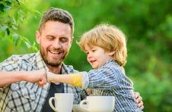 饲料婴孩 自然营养概念 r r 获得的父亲和的儿子乐趣 哺养的儿子自然食物 库存图片