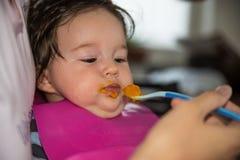 饲养时间的逗人喜爱的小孩婴孩 免版税库存照片