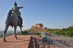 饶位于乔德普尔城和庄严Mehrangarh堡垒雕象的Jodha,拉贾斯坦,是其中一个最大的堡垒在印度 免版税库存照片