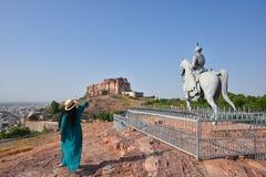 饶位于乔德普尔城和庄严Mehrangarh堡垒雕象的Jodha,拉贾斯坦,是其中一个最大的堡垒在印度 库存图片