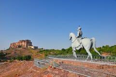 饶位于乔德普尔城和庄严Mehrangarh堡垒雕象的Jodha,拉贾斯坦,是其中一个最大的堡垒在印度 库存照片