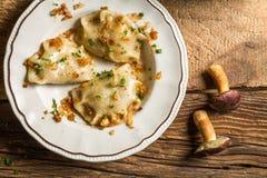 饺子做用蘑菇、葱和荷兰芹 库存图片