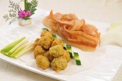 饺子和油煎的猪肉 图库摄影