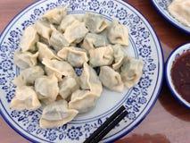 饺子和调味汁 免版税库存照片