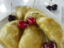 饺子手工制造开胃菜酥皮点心点心土气食家早餐午餐在白色木背景的一棵樱桃 免版税库存照片