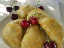 饺子手工制造开胃菜酥皮点心点心食家早餐午餐在白色木背景的一棵樱桃 免版税库存照片
