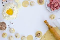 饺子未加工在白色桌上 传统自创食物 烹调饺子的过程 Pierogi,pelmeni,馄饨 免版税库存照片