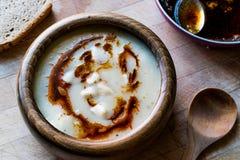 饺子汤用油煎的黄油调味汁/Manti Corbasi 库存照片