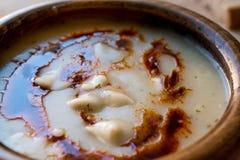 饺子汤用油煎的黄油调味汁/Manti Corbasi 免版税库存照片