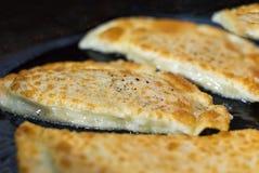 饺子油煎了gedza用猪肉牛肉用精美面团传统盘汉语风味开胃菜 免版税图库摄影