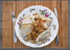 饺子用在板材的葱,波兰古芝一个传统盘  库存图片