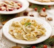 饺子用填装在一块白色板材的蘑菇圆白菜 库存照片