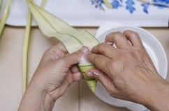 饺子米或本地名字在制造的ketupat palas在马来西亚的eid庆祝的 免版税库存图片