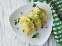 饺子荷兰芹,葱开胃菜准备了可口土气的桌在一把白色木背景叉子吃的早餐食谱 图库摄影
