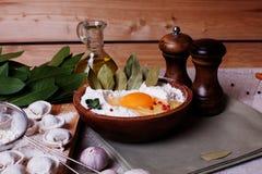 饺子馄饨,鸡蛋和月桂叶,雕塑,碗,桌,板,土气农村家 免版税库存图片