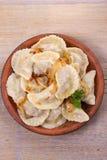 饺子,充满牛肉肉和供食与油煎的葱 Varenyky, vareniki, pierogi, pyrohy 与填装的饺子 免版税库存图片