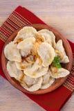 饺子,充满牛肉肉和供食与油煎的葱 Varenyky, vareniki, pierogi, pyrohy 与填装的饺子 免版税库存照片