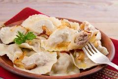 饺子,充满牛肉肉和供食与油煎的葱 Varenyky, vareniki, pierogi, pyrohy 与填装的饺子 库存照片