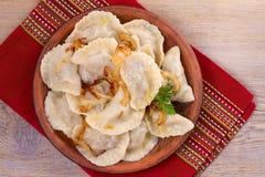 饺子,充满牛肉肉和供食与油煎的葱 Varenyky, vareniki, pierogi, pyrohy 与填装的饺子 免版税图库摄影