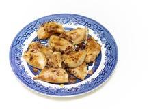 饺子` pierogi `服务用葱和烟肉 免版税图库摄影
