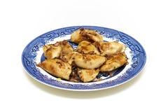 饺子` pierogi `服务用葱和烟肉 免版税库存照片