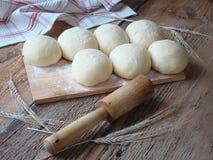 饼和卷的发酵面团 免版税库存图片