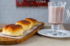 饼和咖啡用牛奶 免版税库存图片