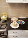 饼和复活节彩蛋看法  免版税库存照片