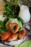 饼圆白菜和水罐与桦树裁减的牛奶静物画, apptitnaya家庭烹饪 库存图片